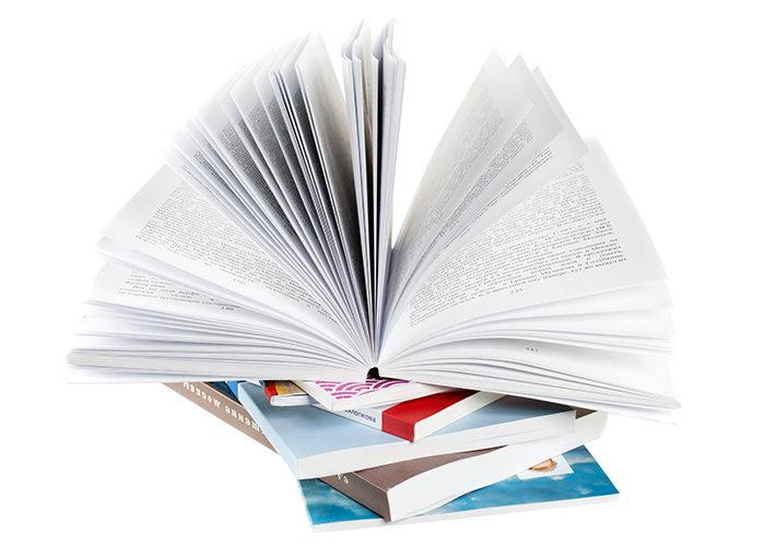 Книга в мягком переплете. Печать книг в типографии. Черно-белый книжный блок