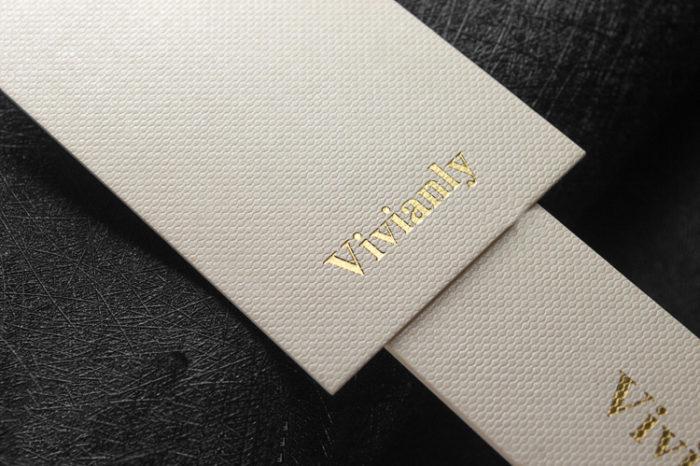 Бирки для одежды на дизайнерской бумаге с тиснением