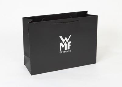 Черный бумажный пакет с черными ручками и белым логотипом. Горизонтальный бумажный пакет под а4 формат