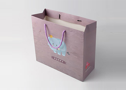 Розовый бумажный пакет с логотипом - это белый бумажный пакет с печатью надписи и символики